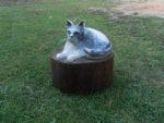 Kočka. Materiál dub. Kočka stříklá jen spreji a podstavec je natřený lazurou. Cena 6.500,-Kč.