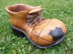 Č.1 Květináč-bota, celá je vyřezaná motorovou pilou a poté dobroušená bruskou,spodní část je opálená plamenem, očka jsou z nerezu, mat. dub, natřeno kvalitní lazurou /REMMERS/, cena- 6.000,-Kč, super originální dárek