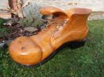 Č.2 Největší bota, materiál dub, rozměr: délka 93, šířka 48, výška 40cm, natřeno kvalitní lazurou, podrážka opálena plamenem, orientační cena 7.000,-Kč